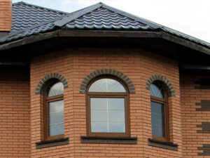 арочные коричневые окна со шпросами