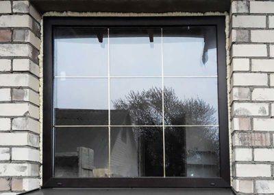 золотые шпроссы на коричневом окнезолотые шпроссы на коричневом окне