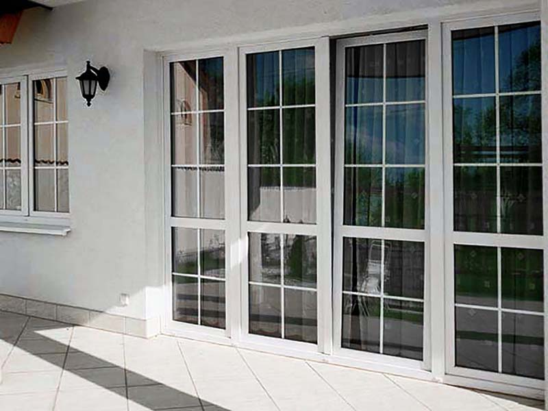 белые шпроссы на белом окне