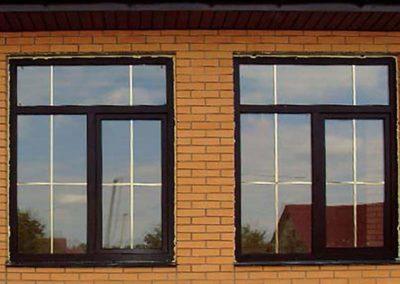 золотые шпроссы на коричневом окне