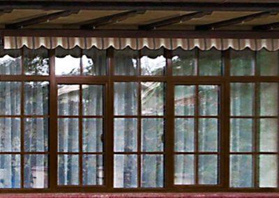 коричневые шпроссы на коричневом окне